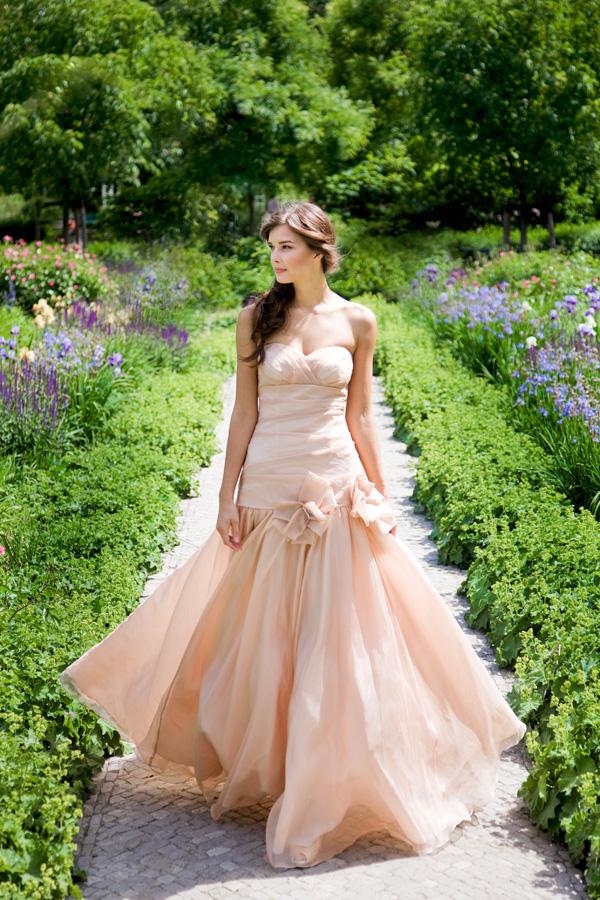 Zartes Rosé, Pudertöne, aber natürlich auch Brautmode in ...