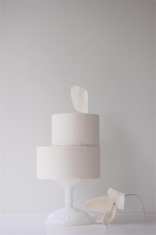 moderne Hochzeitstorte weiss