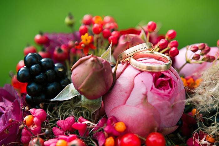 Inspiration für eine Herbsthochzeit in Rot  Friedatheresc