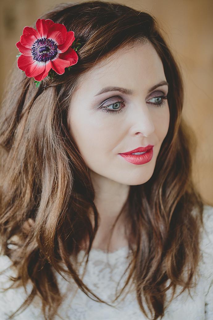 rote Blume im Haar Hochzeit (10)