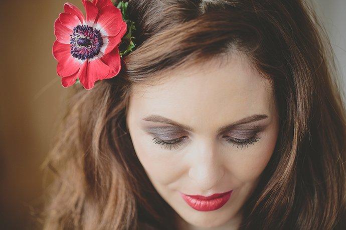 rote Blume im Haar Hochzeit (9)