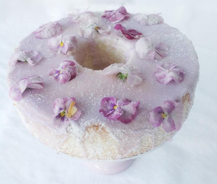 lila Torte mit Blumen