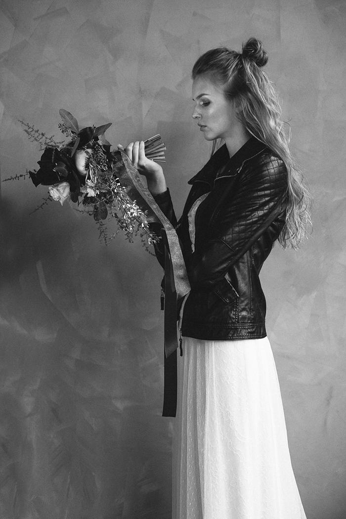 Braut mit schwarzer Lederjacke
