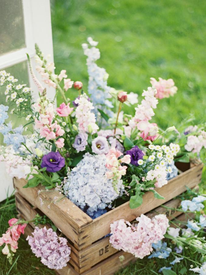 Blumen in alten Holzkisten