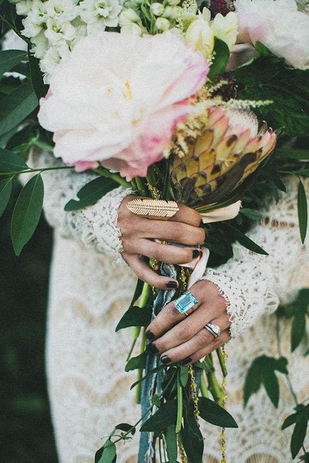 Brautstrauss mit Ringen in den Händen