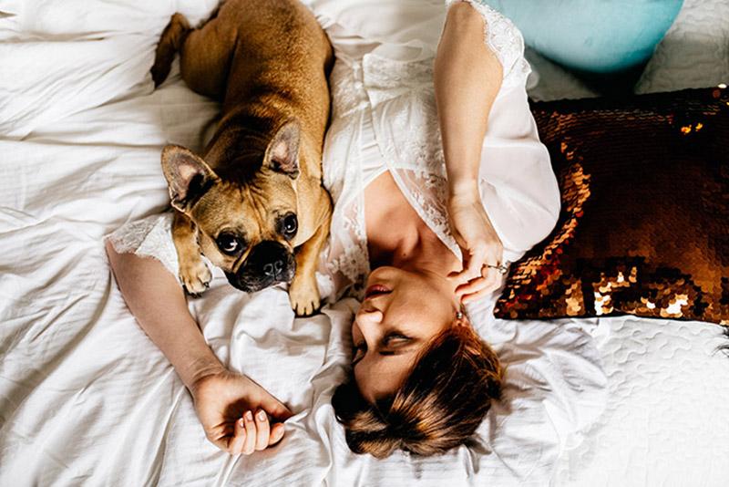 bridal-boudoir-hochzeitsgeschenk-sina-fischer-bridal-robe-lunga-hund-und-braut-11