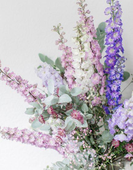 Hochzeitsdeko mit blauen Blumen