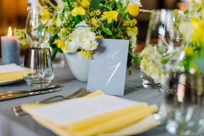 Hochzeitskonzept in Gelb & Grau