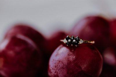 Hochzeitskonzept in Beere & Gold
