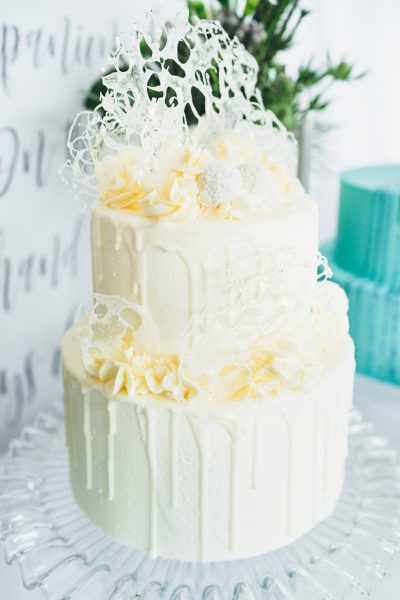 Sweet Table mit Hochzeitstorte in Blau
