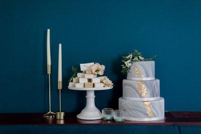 Moderne Hochzeitsinspiration in Grün & Gold