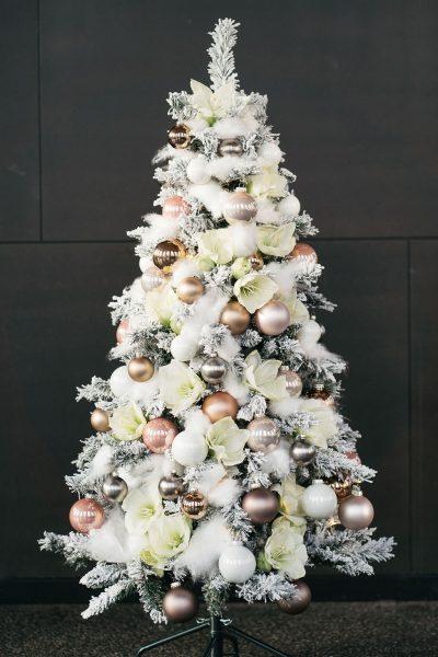 Weihnachtsbaum mit frischen Blumen